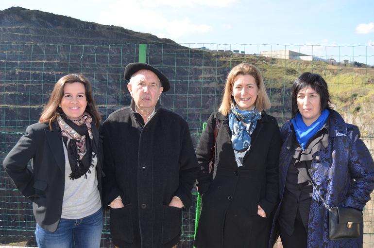 Ana Oregi junto a Maite Etxebarria y representantes del Museo de la Minería del País Vasco en Meatzaldea.