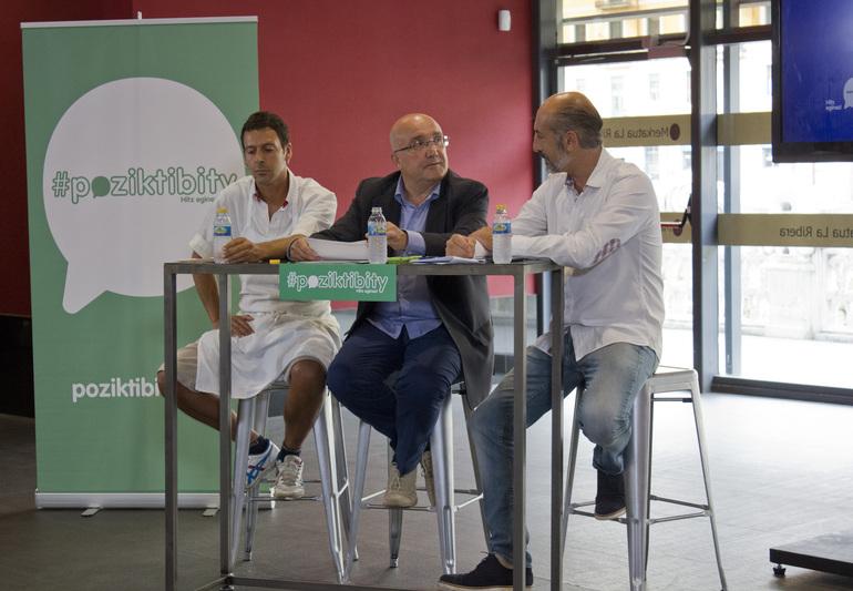 Patxi Baztarrika junto con el cocinero Aitor Elizegi (der.) y el carnicero del Mercado de la Ribera, Xabier Ortueta (izq.)