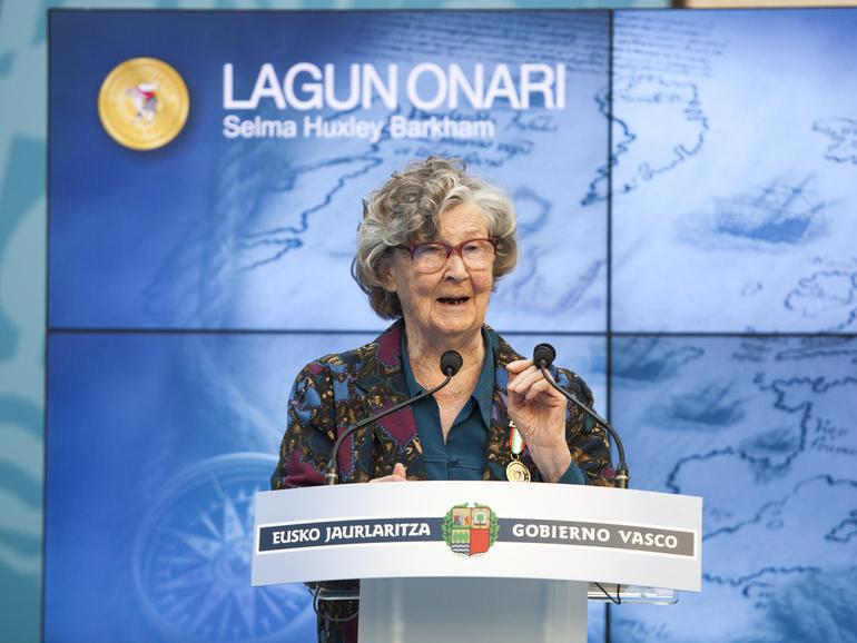 HuxSelma Huxley recibió la distinción Lagun Onari en marzo de 2014