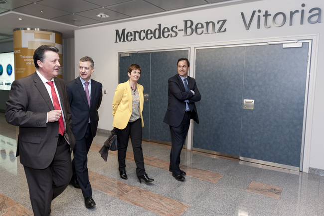 Foto de archivo de la visita del lehendakari a la fábrica de Mercedes Benz-Vitoria en 2013