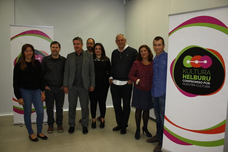 """Joxean Muñoz y Clara Montero, junto a los representantes de las asociaciones de los sectores culturales que participan en la iniciativa """"Compromiso con nuestra cultura"""""""