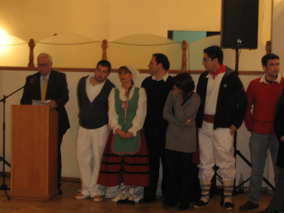 Uriarte, el presidente de Eusko Etxea, junto a las Dantzaris