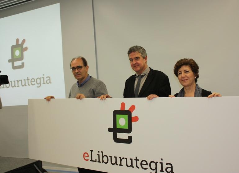 Imanol Agote, Joxean Muñoz y Francisca Pulgar muestran el nuevo logo de eLiburutegia