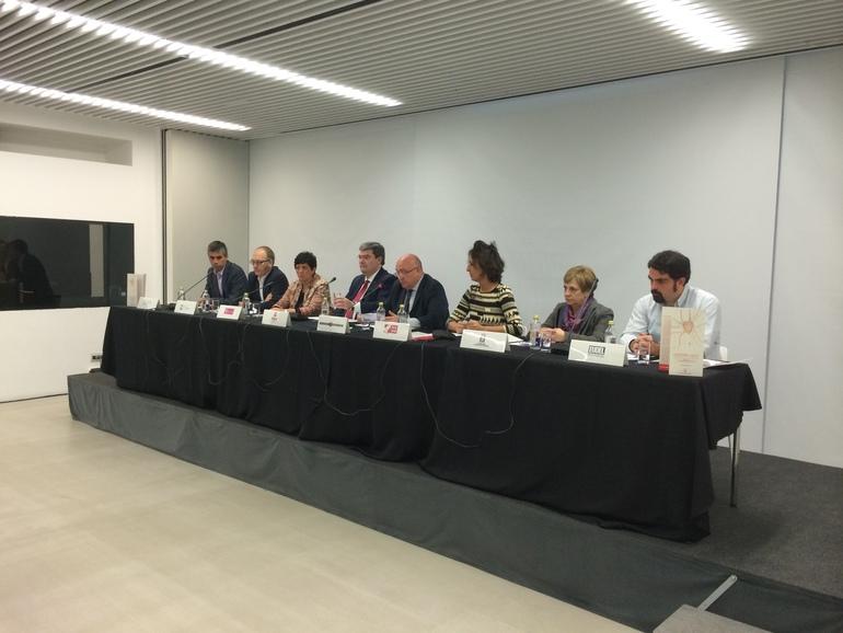 Patxi Baztarrika, junto con todos los representantes de las instituciones que conforman HAKOBA, durante la lectura de la declaración institucional