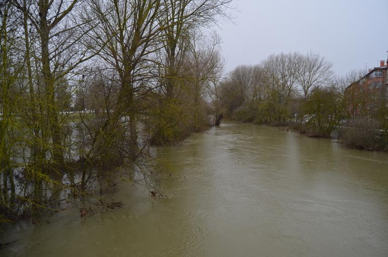 El río Zadorra, a su paso por Abetxuko, en una crecida de febrero