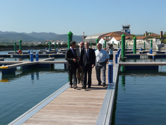 El Consejero Arriola, el alcalde de Hondarribia, Aitor Kerejeta y el Director de puertos, Felix Asensio recorren la nueva dársena