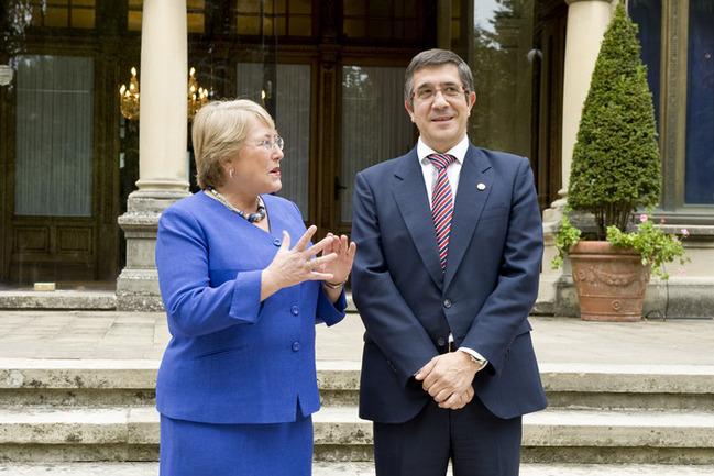 El Lehendakari, Patxi López, charla con la ex-presidenta de Chile, Michelle Bachelet, en el Palacio de Ajuria Enea