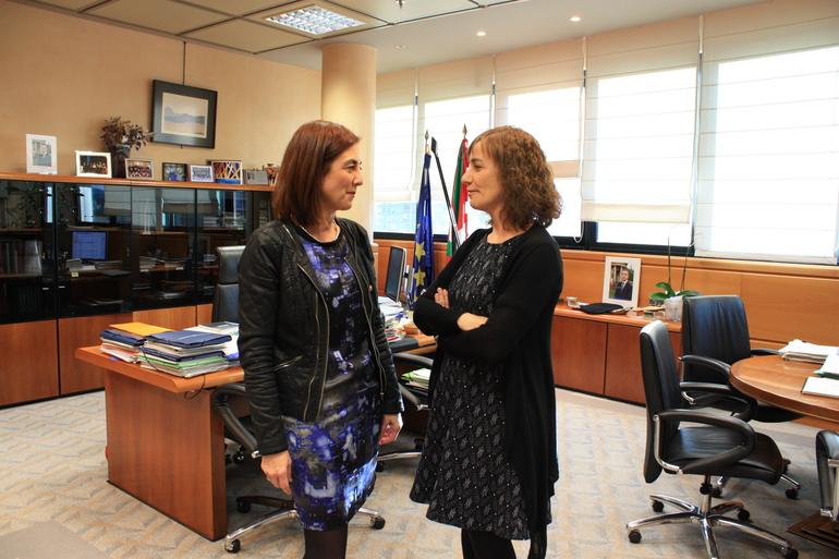 Cristina  Uriarte y Ana Urrutia, poco antes del inicio de la reunión