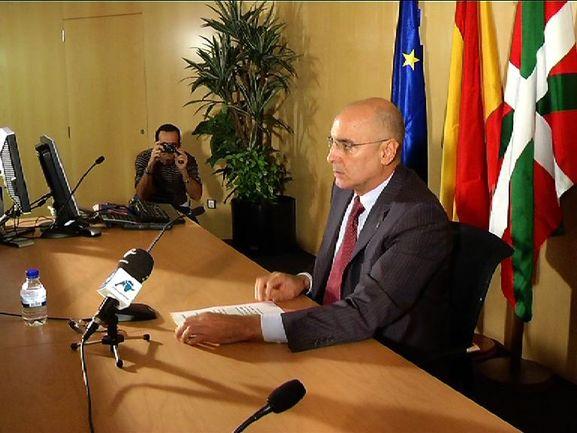 El consejero de Interior, Roldolfo Ares, en la rueda de prensa que ha ofrecido esta tarde en Bilbao para valorar el comunicado de ETA