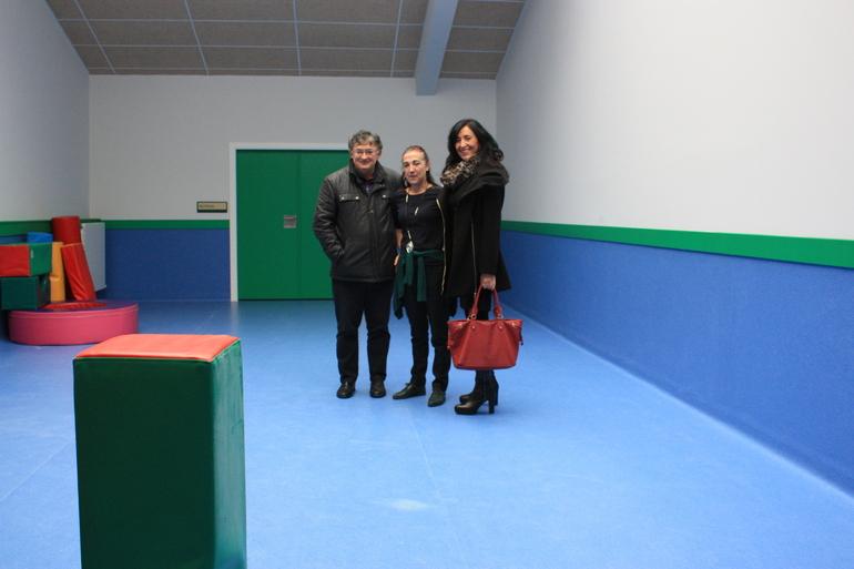 Iñaki Beraza, alcalde de Agurain, con Elixabete Balluerka (directora) y Olatz Garamendi, en la nueva aula de psicomotricidad