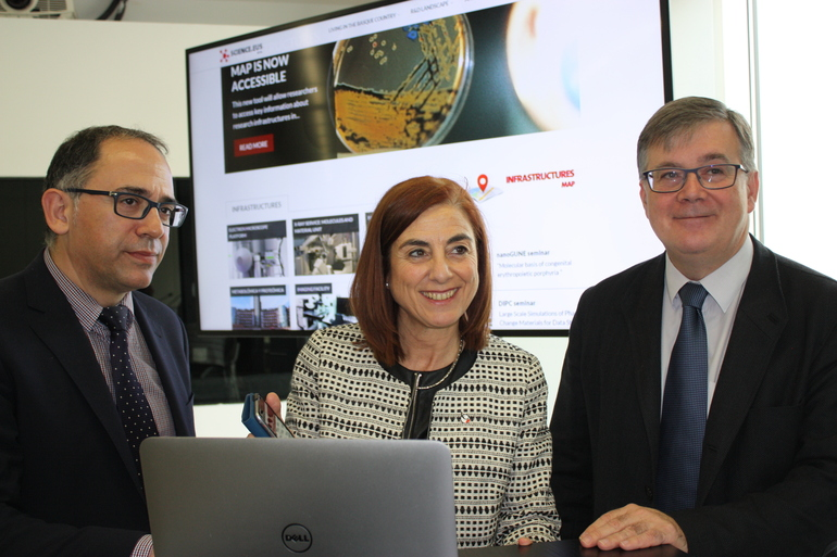 Cristina Uriarte, together with the Deputy Minister for Universities and Research, Adolfo Morais, and the Ikerbasque Scientific Director, Fernando Cossío