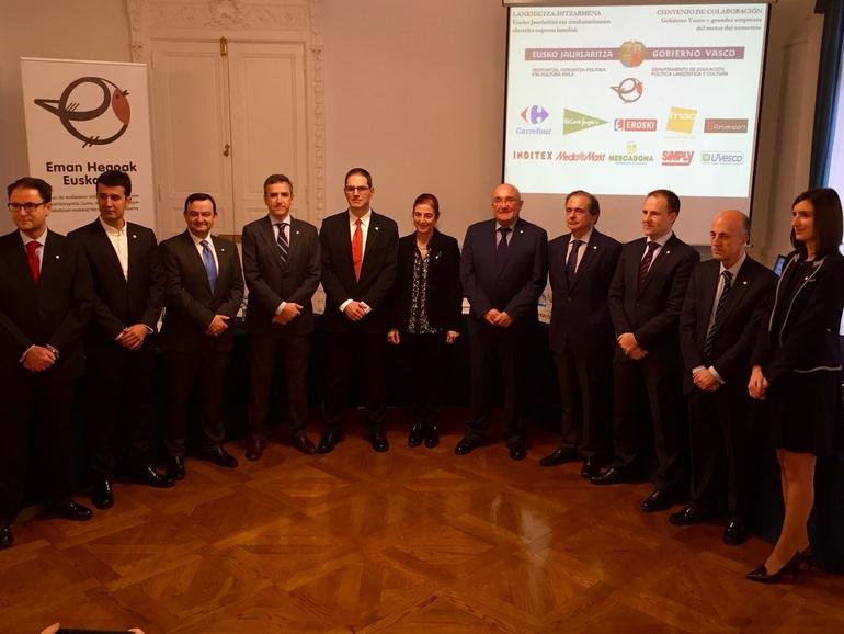 Cristina Uriarte, con los responsables de las entidades firmantes del convenio
