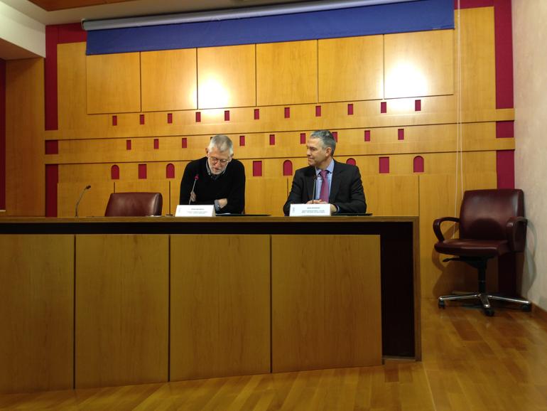 Josu Ezkurdia, gerente de Neiker Tecnalia y Borja Belandia presidente del CEA durante la firma del acuerdo