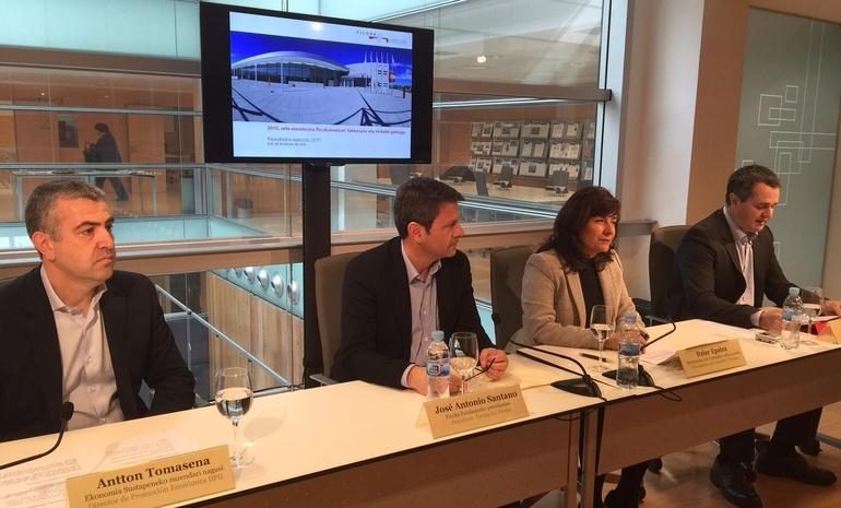 Itziar Epalza, viceconsejera de Comercio y Turismo, con el presidente de Ficoba, José Antonio Santano, su gerente, Ander Sarratea y el director de desarrollo Económico de Gipuzkoa, Antton Tomasena, en la presentación del balance de hoy.