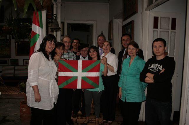 Representantes del Gobierno Vasco y miembros de la Euskal Etxea de Medellín, Colombia