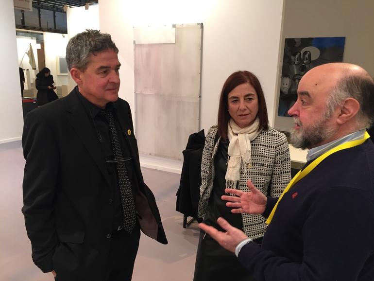 Cristina Uriarte (centro), con Joxean Muñoz (izq.) y Juan Ignacio García Velilla, de la galería Altxerri, esta mañana en ARCO