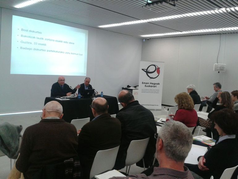 Patxi Baztarrika e Iñaki Martínez de Luna esta mañana en Bilbao, con agentes del ámbito educativo