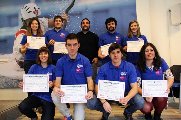 Los jóvenes bloggers posan con el director de Juventud y Deportes, Jon Redondo