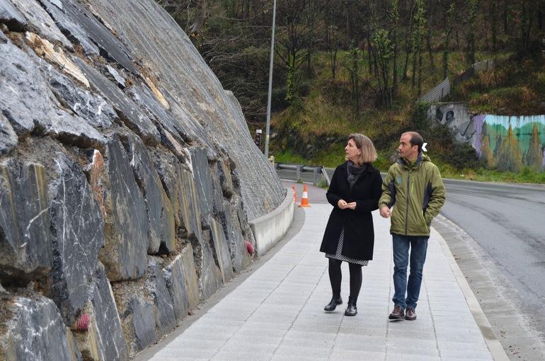 Oregi y Ansola en la zona donde se ha instalado el tgramo de colector y la nueva acera