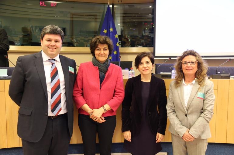 Juan Ibarretxe y Gotzone Sagardui, junto a Izaskun Bilbao y la presidenta del intergrupo sobre Pobreza y derechos fundamentales del parlamento europeo Sylvie Goulard