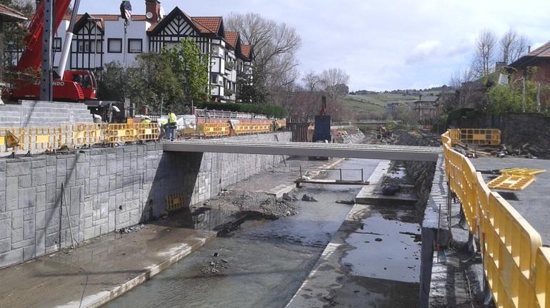 URA repone la pasarela de El Carmen en el río Gobela