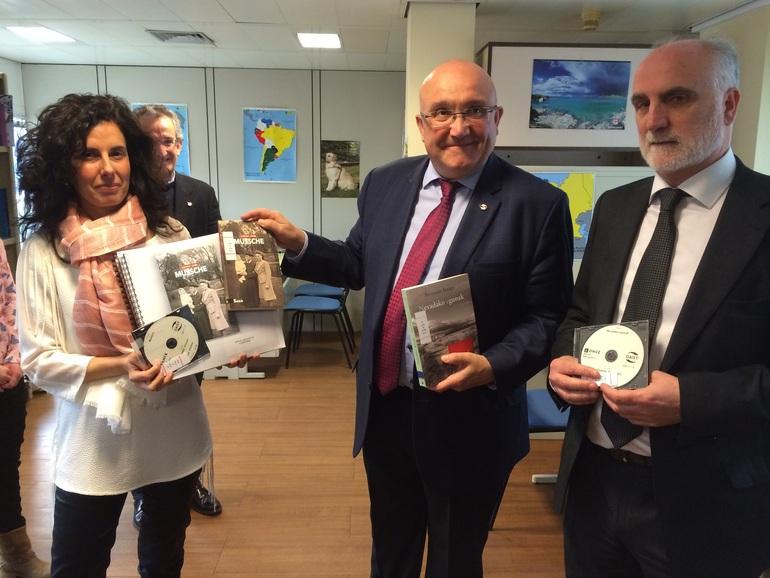 Patxi Baztarrika (centro), con Juan Carlos Andueza (derecha) y Ana Dávila (izq), durante la presentación de los libros