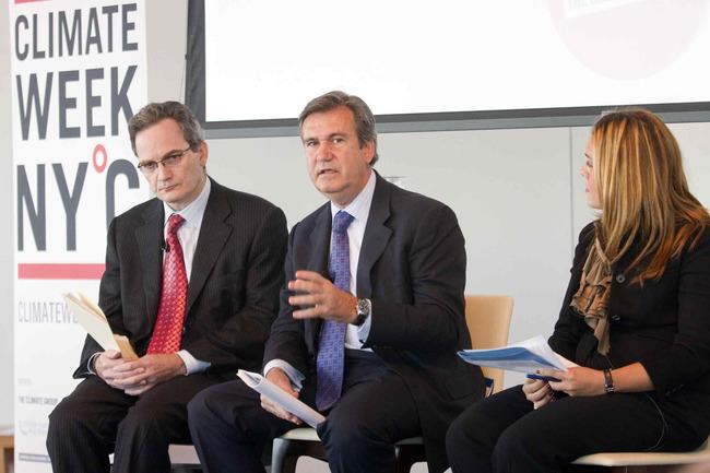 A la izquierda, Klaus Chavanne, jefe de investigación de MEAG New York Corporation; en el centro el consejero Unda; y a la derecha, la moderadora del panel sobre redes inteligentes, Deborah Ifrah, directora ejecutiva de Investment Bank, JP Morgan.