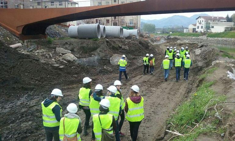 Estudiantes de la UPV/EHU visitan  las obras que URA acomete para la defensa  ante inundaciones en el barrio donostiarra de Martutene
