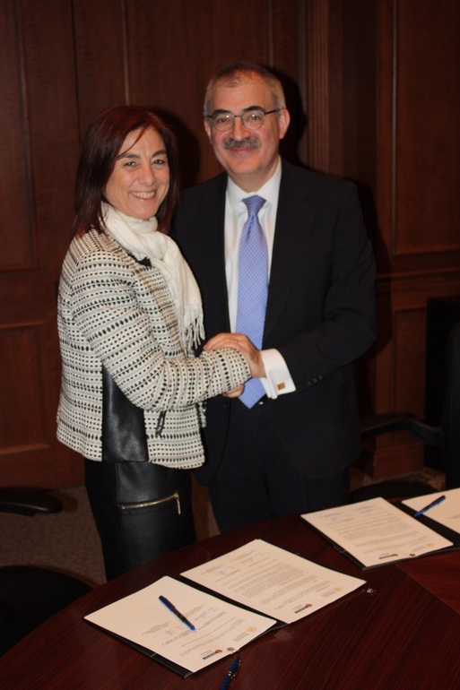 Cristina Uriarte and Steve Rosenstone, during the signing of the agreement