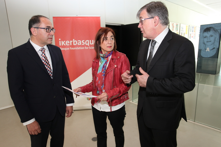 Cristina Uriarte junto con Adolfo Morais (izq) y Fernando Cossío (derch.)