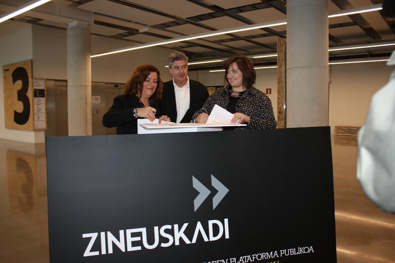 Coro Odriozola (izq.) y Clara Montero (drech) firman el convenio junto a Joxean Muñoz