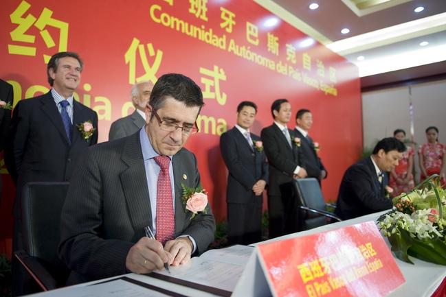 El Lehendakari firma uno de los acuerdos con el gobierno de Kunshan