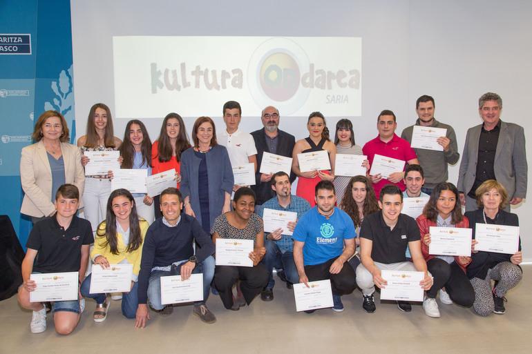Cristina Uriarte, Joxean Muñoz y Arantza Aurrekoetxea con los equipos ganadores de esta segunda edición