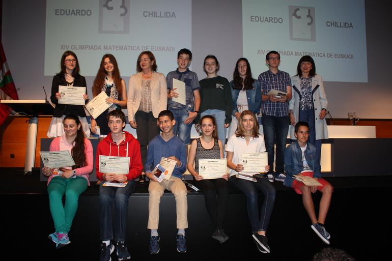 Arantza Aurrekoetxea, de pie en el centro, con el alumnado ganador de esta edición