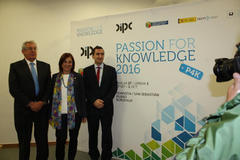 Cristina Uriarte, en el centro, junto con Pedro Migel Etxenike y Ricardo Díez Muiño (derecha)
