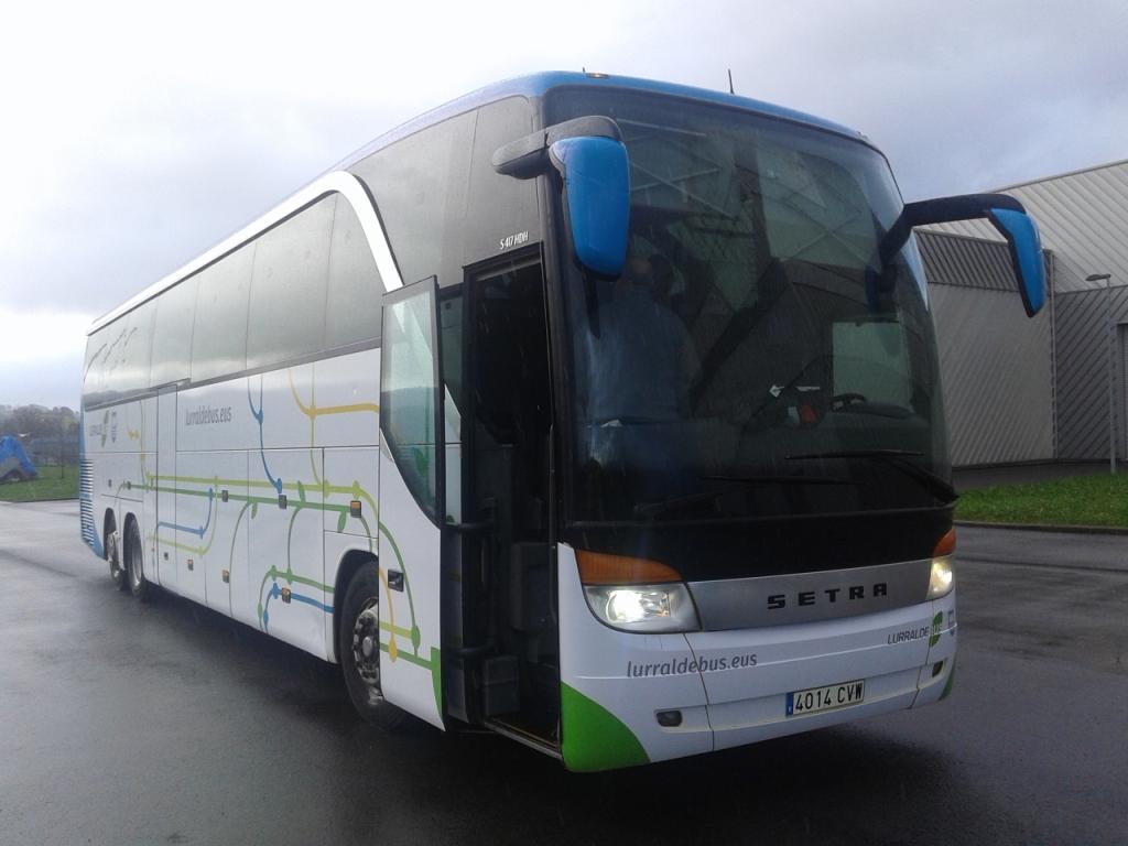 Bus_Euskotren_-_Lurralde_Bus_-_Amorebieta-Donostia_por_Autopista.jpg