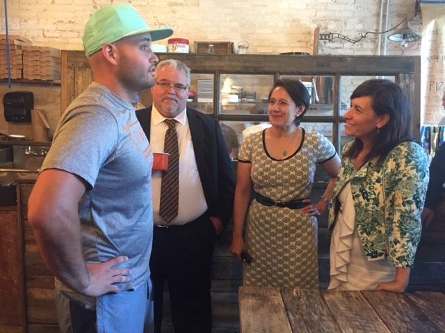 Itziar Epalza viceconsejera visita un comercio local de persona emprendedora