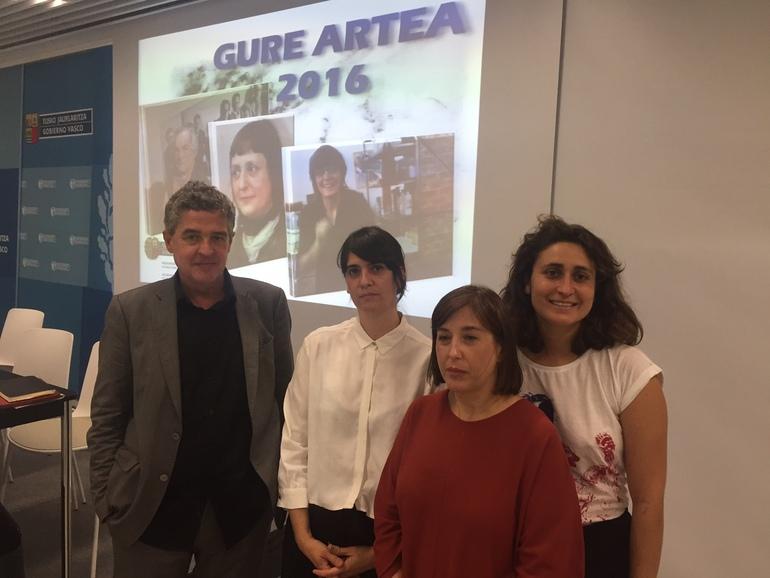 Joxean Muñoz, junto con las integrantes del jurado de esta edición de los premios Gure Artea