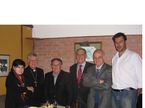 Urchueguía y Fernandez, con miembros de la Directiva del Euskal Etxea de Lima