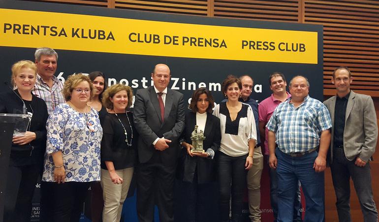 """Inma Cuesta con el premio """"Basque Country Gastronomiko"""" en las manos"""
