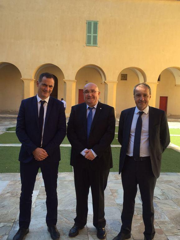 Patxi Baztarrika (erdian), Korsikako Kontseilu Exekutiboko presidente Gilles Simeoni (ezker.) eta Korsikako Asanbladako presidente Jean-Guy Talamoni (eskuin)