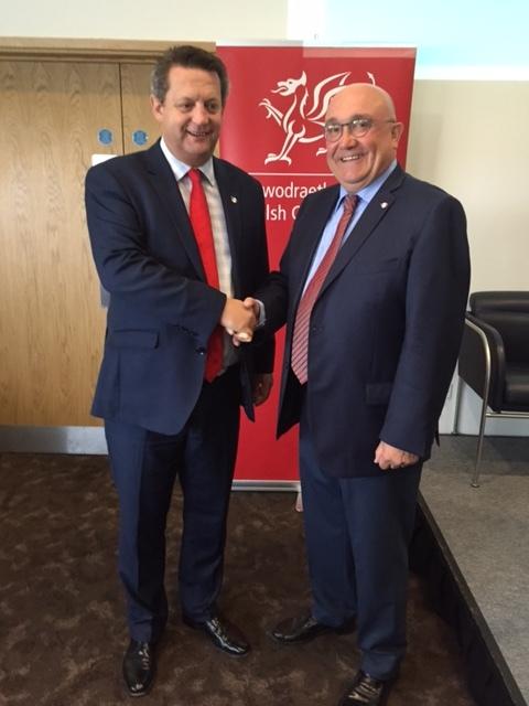 Patxi Baztarrika con Ministro de Lengua Galesa y Aprendizaje Permanente, Alun Davies