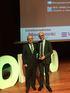 Jon Etxeberria, Director General de Osakidetza, entrega el premio a José Miguel Izquierdo, Jefe del Servicio de Cirugía Torácica