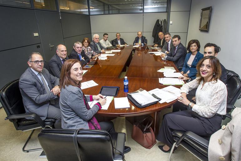 Cristina Uriarte, durante un momento del Consejo de Gobierno de Unibasq. A su izquierda, Adolfo Morais, viceconsejero de Universidades, y Eva Ferreira, directora de Unibasq