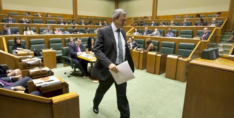 Carlos Aguirre se dirige al atril de oradores  del Parlamento Vasco