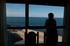 turista mirando por la ventana del hotel