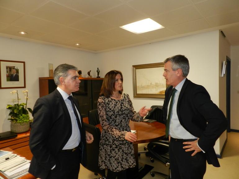 Beatriz Artolazabal analiza con Pedro Esnaola, presidente de la Cámara de Gipuzkoa, diversas cuestiones relacionadas con la formación y el empleo juvenil