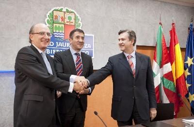El Lehendakari, junto al consejero de Innovación, Bernabé Unda, y el presidente de Repsol, Antonio Brufau