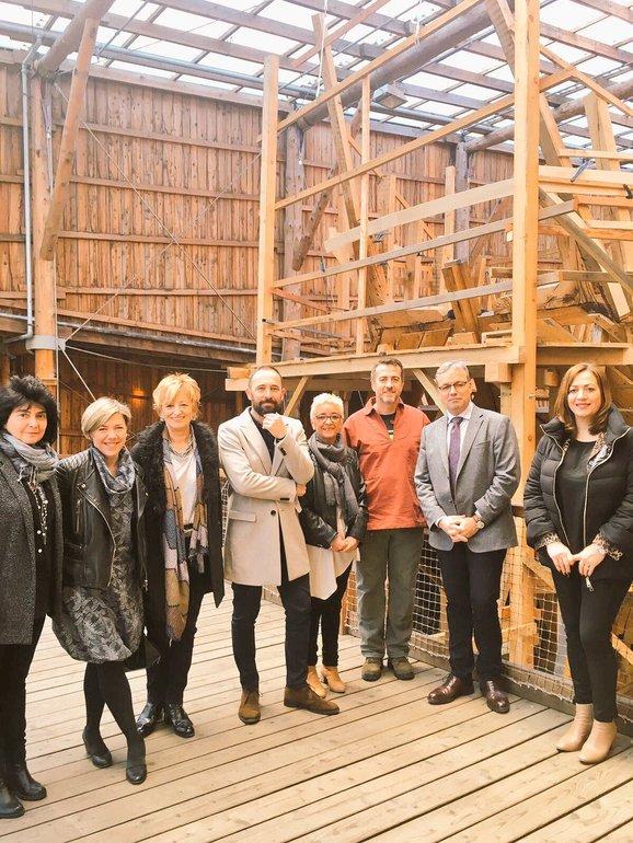 El consejero Alfredo Retortillo y la viceconsejera de Turismo del Gobierno vasco Isabel Muela han visitado este miércoles la Factoría Marítima Albaola de Pasaia (Gipuzkoa).