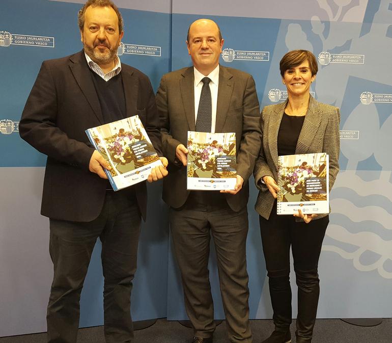 Peli Manterola, Bittor Oroz y Arantza Madariaga en el presentación de la Guía